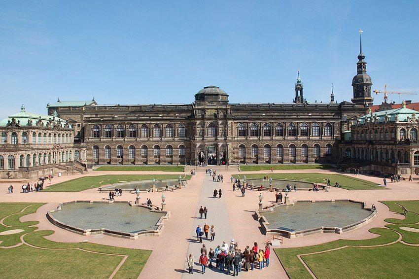 Blick über den Innenhof des Zwingers auf die Sempergalerie (Bild: Vladislav Bezrukov, Wikimedia, CC)
