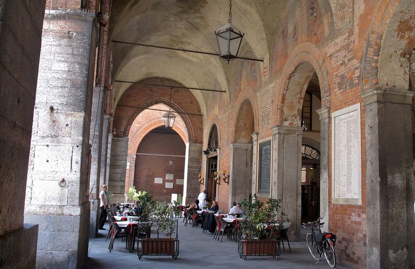 Café in der Altstadt von Cremona (Bild: Alain Rouiller, Wikimedia, CC)