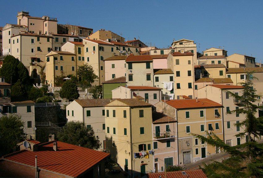 Rio nell´ Elba – ein beschauliches Bergdorf auf der Insel Elba (Bild: Fini  / pixelio.de)