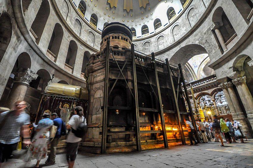 Der vermutliche Grab Jesu ist von einer Ädikula überbaut. (Bild: Jlascar, Wikimedia, CC)
