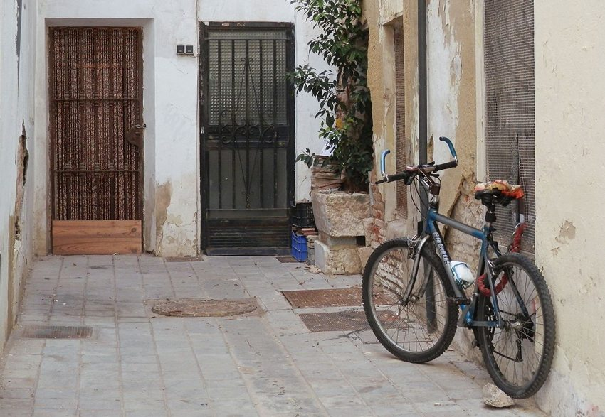 Abgestelltes Fahrrad in der Poeta-Lierm-Gasse, Valencia (Bild: Joanbanjo, Wikimedia, CC)