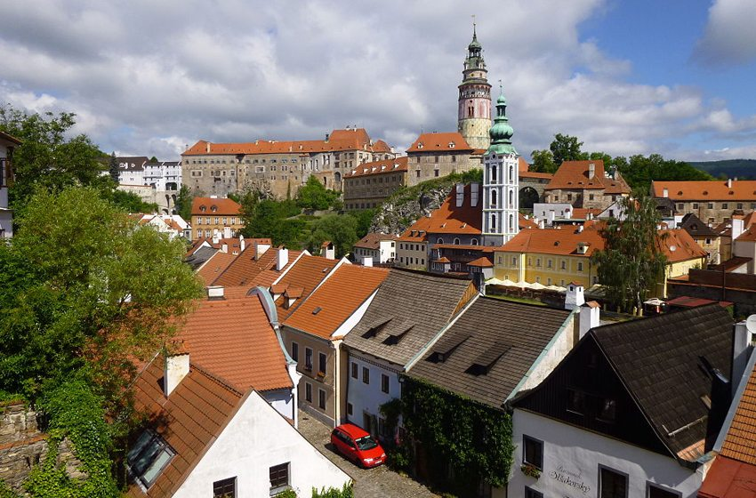 Blick über die Dächer der Altstadt auf das Schloss in Cesky Krumlov (Bild: Rosa-Maria Rinkl, Wikimedia, CC)