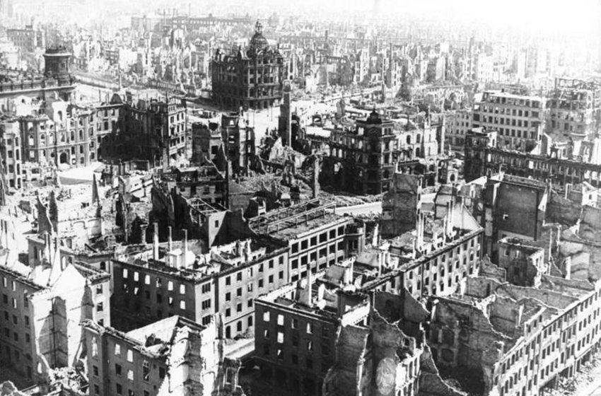 Dresden 1945: Blick vom Rathausturm auf die zerstörte Stadt. (Bild: Bundesarchiv, Bild 183-Z0309-310 / CC-BY-SA, Wikimedia)