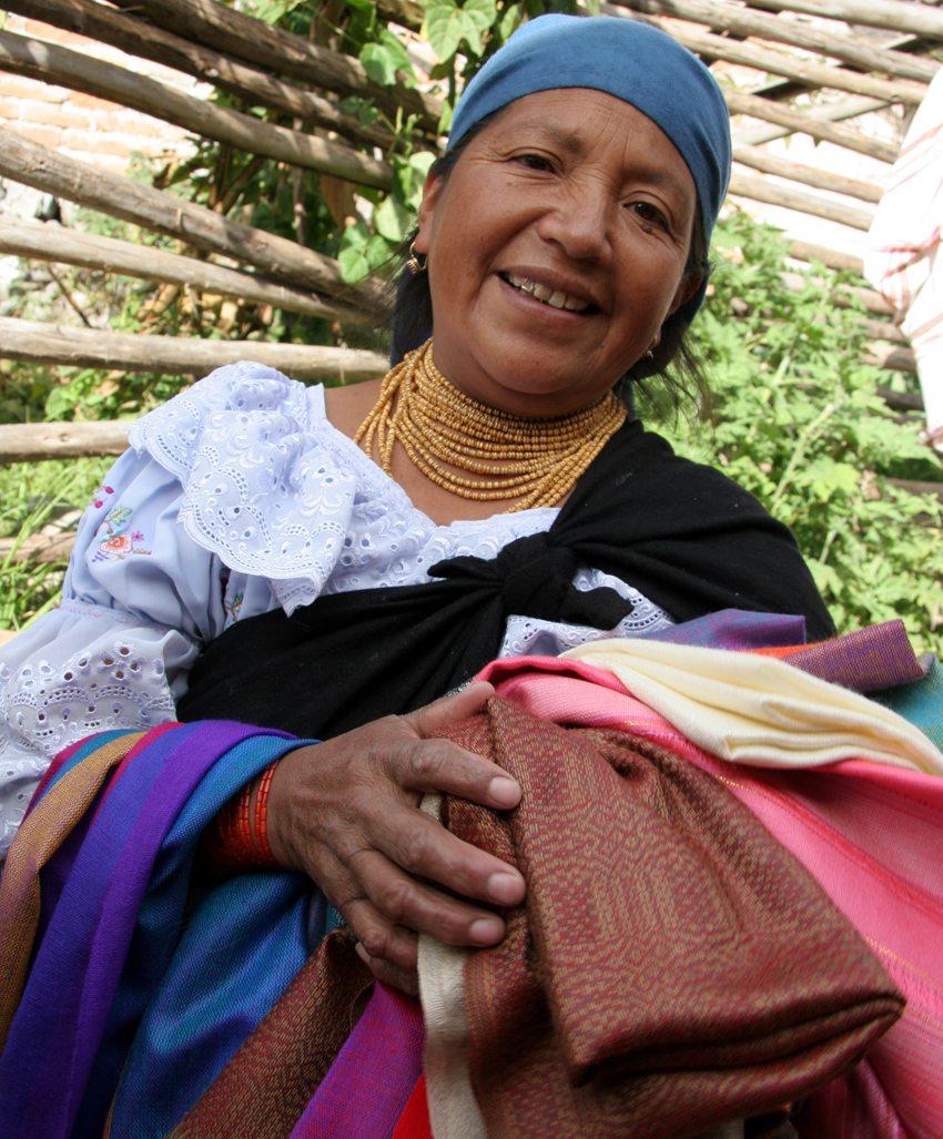 Händlerin auf dem Kunsthandwerkermarkt in Otavalo (Bild: Yves Picq, Wikimedia, GNU)