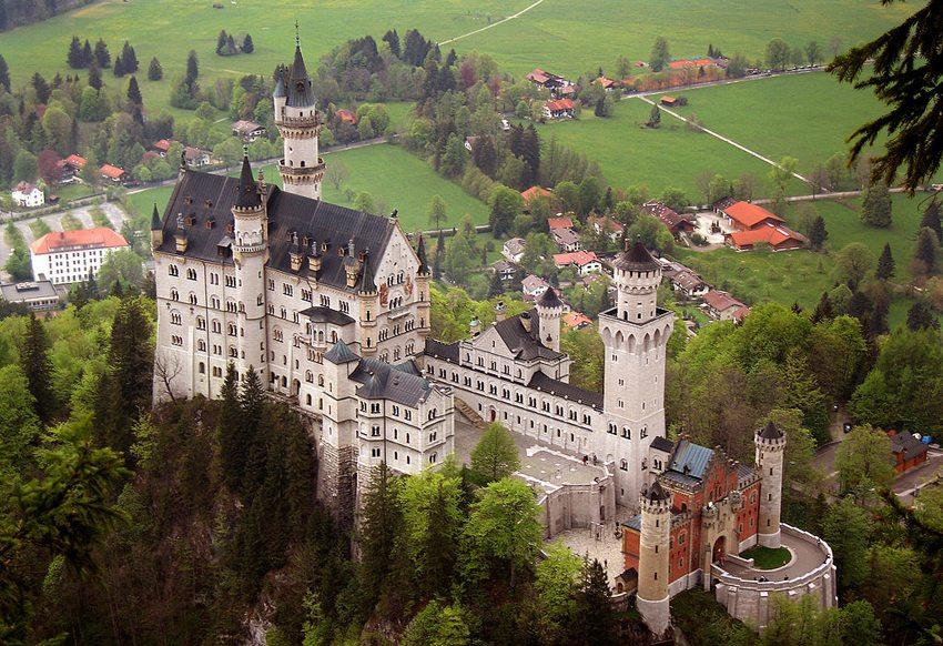 Zur Popularität Neuschwansteins trägt seine einmalig schöne Lage bei. (Bild: Jeff Wilcox, Wikimedia, CC)