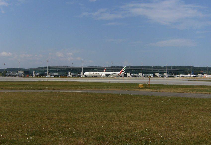 Terminal E, Flughafen Zurich – die Emirates landen am Mittag und starten am Nachmittag. (Bild: Chris.urs-o, Wikimedia, CC)