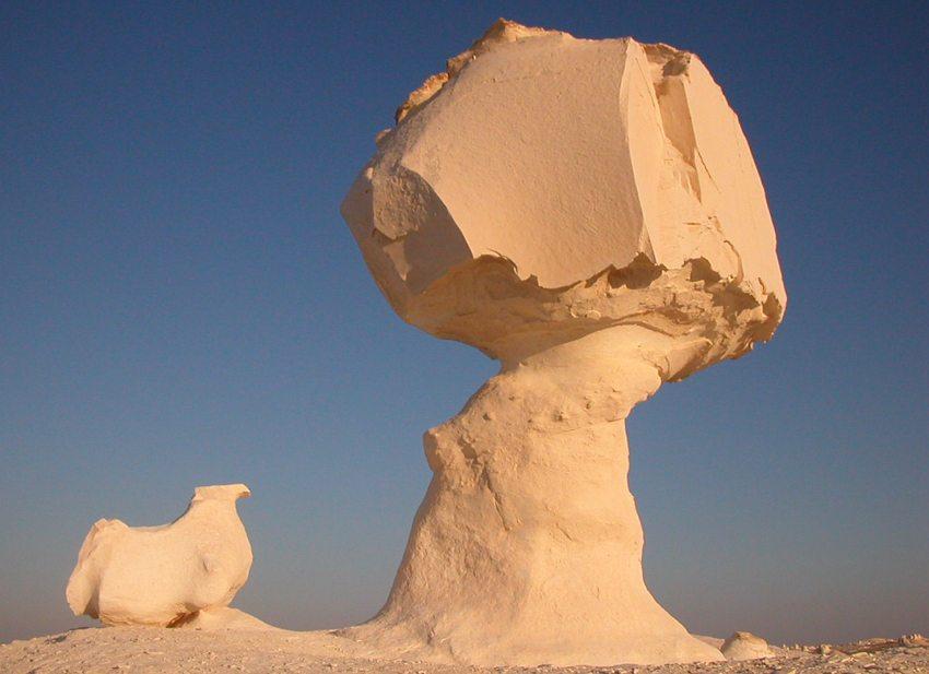 """""""Rebhuhn und Pilz"""" – Kalkformation in der Weissen Wüste nördlich der Oase Farafra in Ägypten (Bild: Christine Schultz, Wikimedia)"""