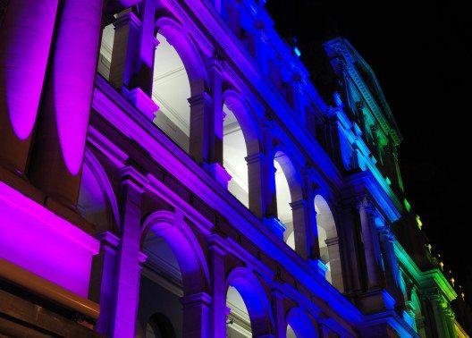 Die Nacht zum Tage machen (Bild: © Firelia - shutterstock.com)