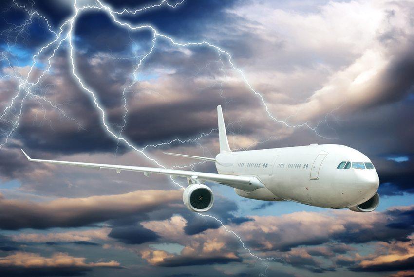 Viele glauben, dass Blitze Flugzeuge zum Abstürzen bringen können. (Bild: gui jun peng / Shutterstock.com)