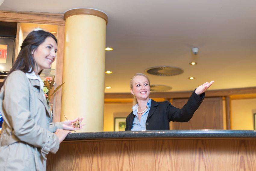 Herzlichkeit und ein nettes Gespräch bei der Ankunft im Hotel können für Sie eventuell ein schöneres Zimmer bedeuten.  (Bild: Lars Zahner / Shutterstock.com)
