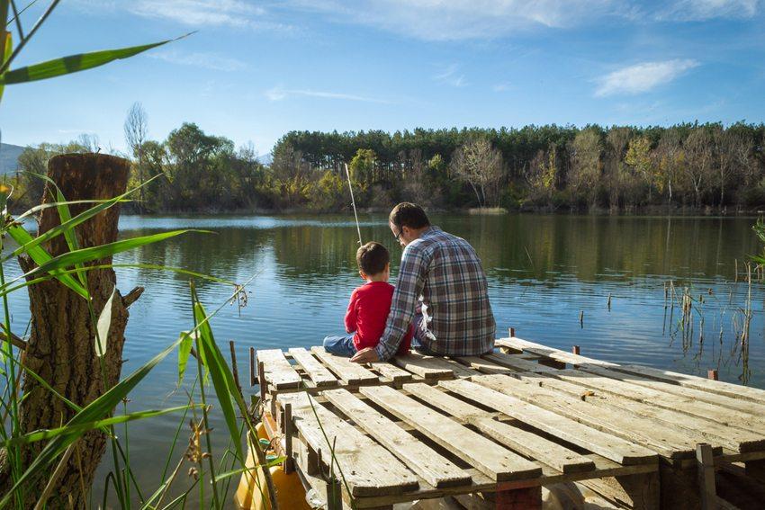 Ein entspannter Tag am See ist Erholung pur. (Bild: Nikola Solev / Shutterstock.com)