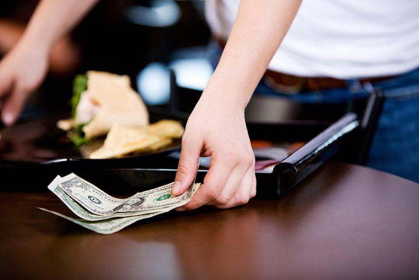 Auf den grossen Kreuzschiffen oder in den USA plant man das Trinkgeld als festen Anteil des Gehalts ein. (Bild: Sean Locke Photography / Shutterstock.com)