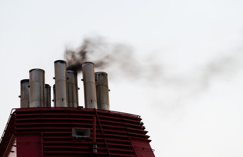 Trotz der technischen Optimierungen gelten Kreuzfahrten bei ihren Kritikern wegen Verbrennung von Schweröl als verpönt. (Bild: hxdbzxy / Shutterstock.com)
