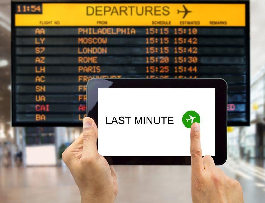 Als Grundsatz gilt, Last Minute nicht wortwörtlich zu nehmen und, sich ca. vier bis sechs Wochen vor der geplanten Ferienreise um Flug und Hotel zu kümmern.  (Bild: cunaplus / Shutterstock.com)