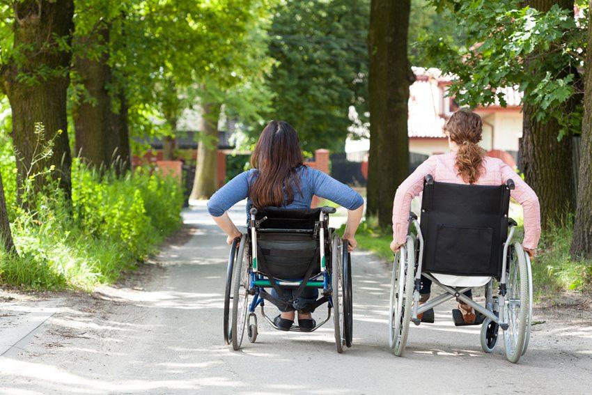 Bei Reisen in Europas Städte gibt es für Menschen mit Mobilitätseinschränkungen mehr und mehr Barrierefreiheit. (Bild: Photographee.eu / Shutterstock.com)