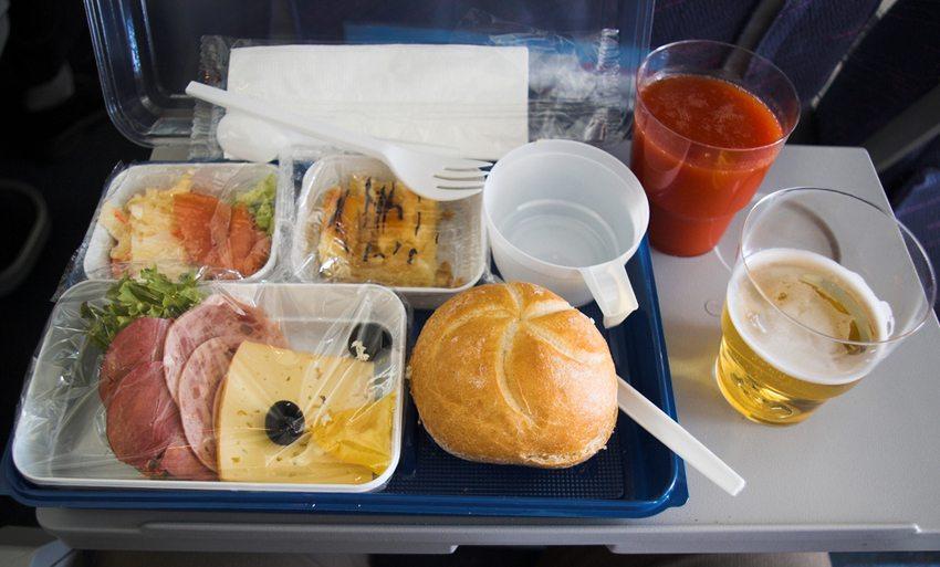 Viele meinen, dass Essen an Bord nicht schmeckt. (Bild: jerrysa / SHutterstock.com)