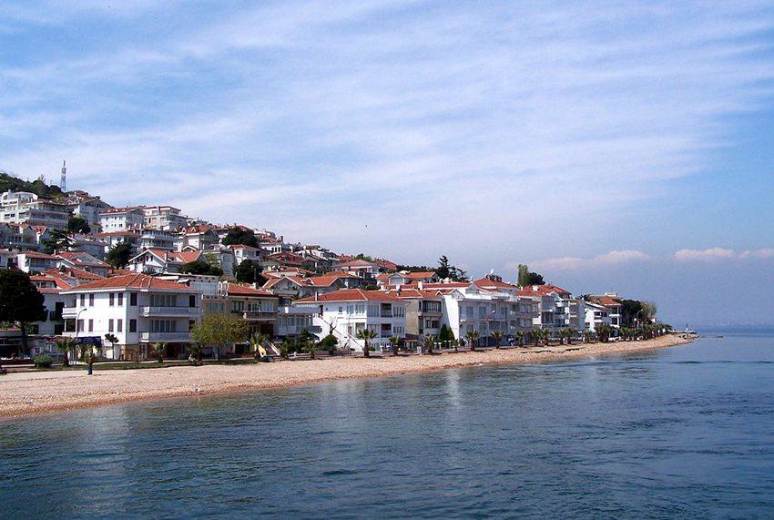 Villenviertel auf Kınalıada (Bild: Darwinek, Wikimedia, CC)