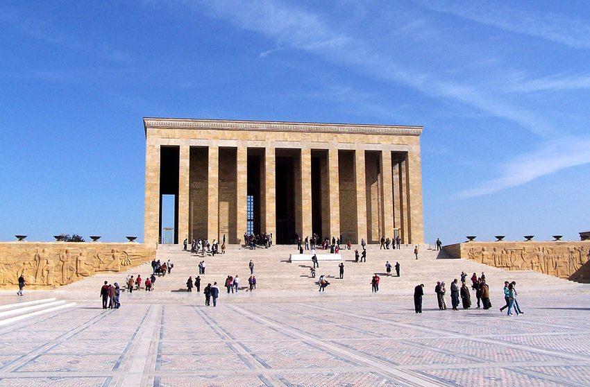 """Anitkabir"" – das Grabdenkmal für den Gründer der türkischen Republik Mustafa Kemal Atatürk (Bild: Darwinek, Wikimedia, CC)"