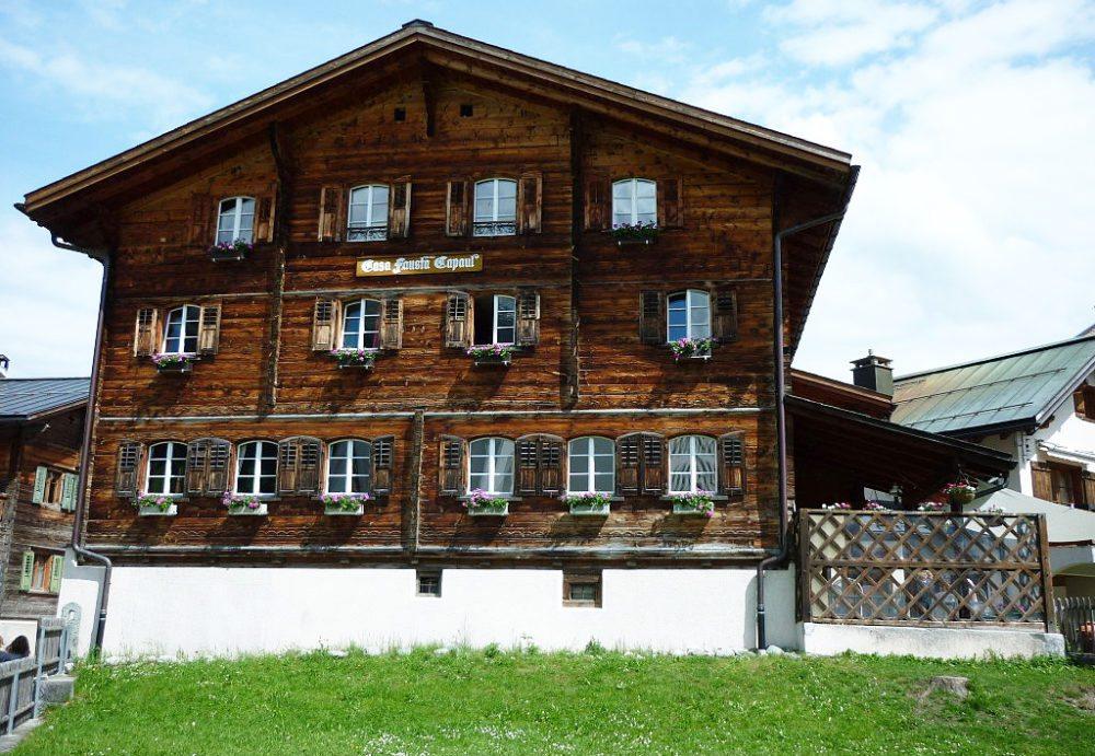 Gasthaus Casa Fausta Capaul (Bild: Paebi, Wikimedia, CC)