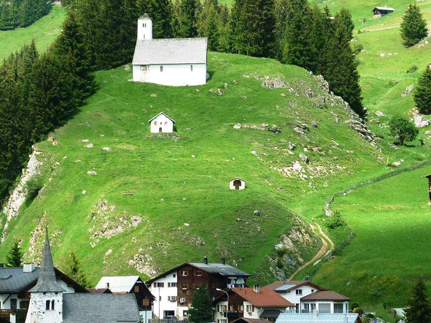 Burghügel St.Eusebius (Bild: Paebi, Wikimedia, CC)
