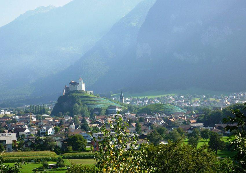 Blick auf die Burg Gutenberg in Balzers (Bild: St9191, Wikimedia, CC)