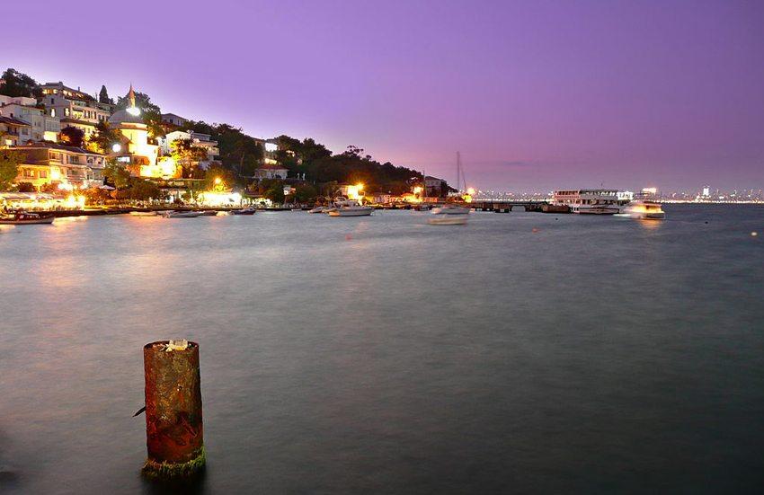 Die Insel Burgaz  bei Nacht (Bild: Nevit Dilmen, Wikimedia, CC)