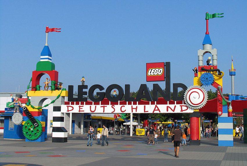 Der Eingangsbereich vom Legoland Deutschland (Bild: Stefan Scheer, Wikimedia, GNU)