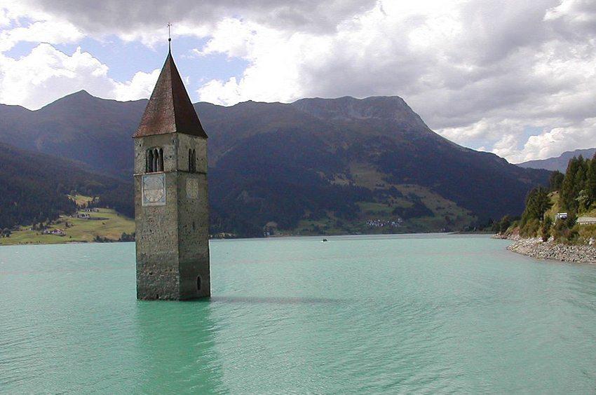 Kirchturm im Reschensee (Bild: David13or, Wikimedia, CC)