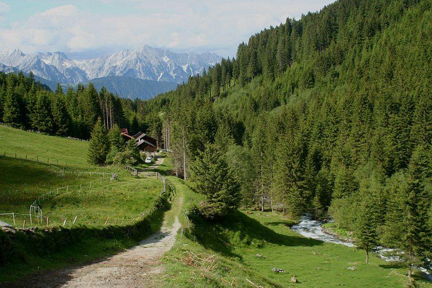 Blick aus dem Voldertal in Richtung Karwendel (Bild: Haneburger, Wikimedia)