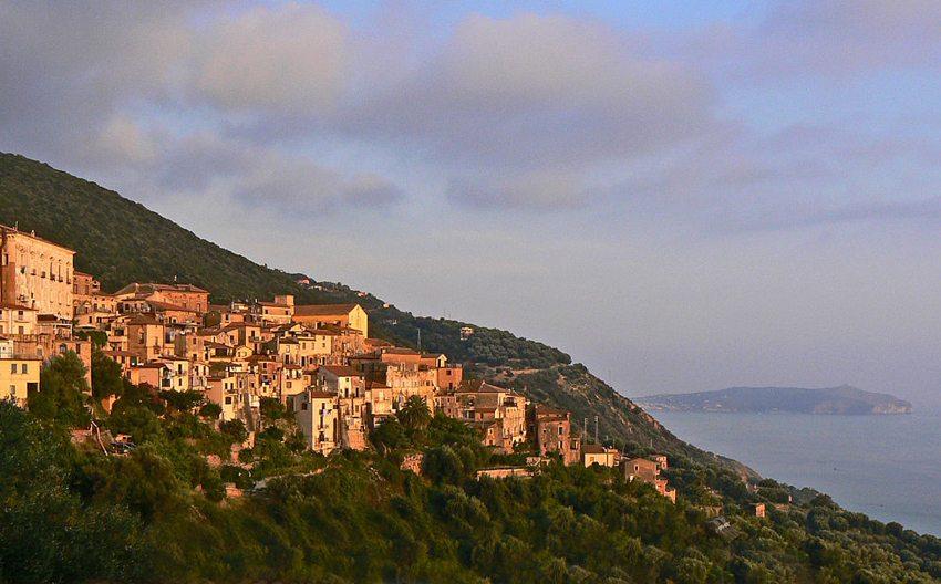 Der Ort Pisciotta im Cilento-Nationalpark (Bild: AleBonvini, Wikimedia, CC)