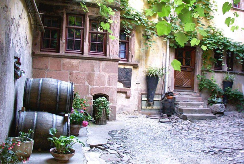 Innenhof in Riquewihr, Elsass (Bild: Reiner Durst  / pixelio.de)