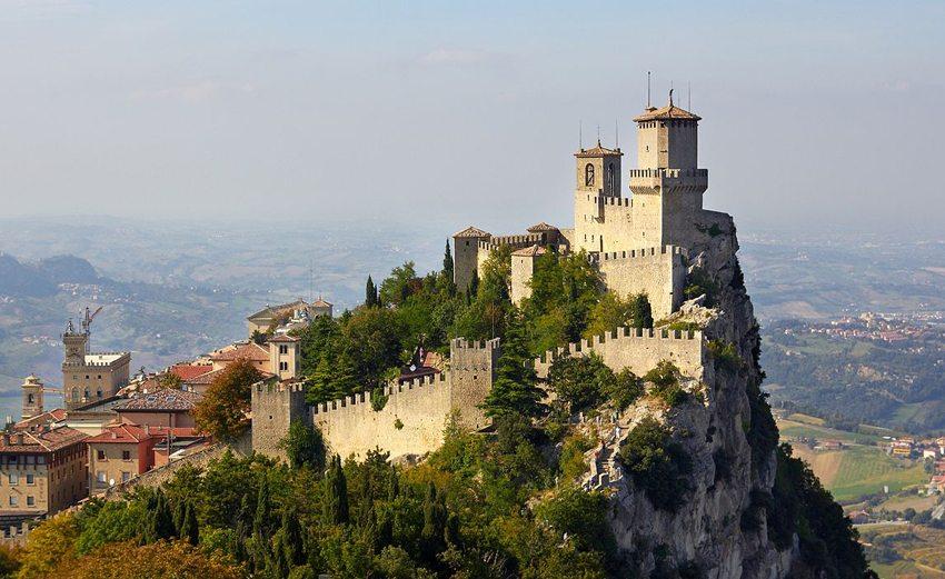 Einer der drei Türme des Monte Titano in San-Marino (Bild: Max_Ryazanov, Wikimedia, CC)