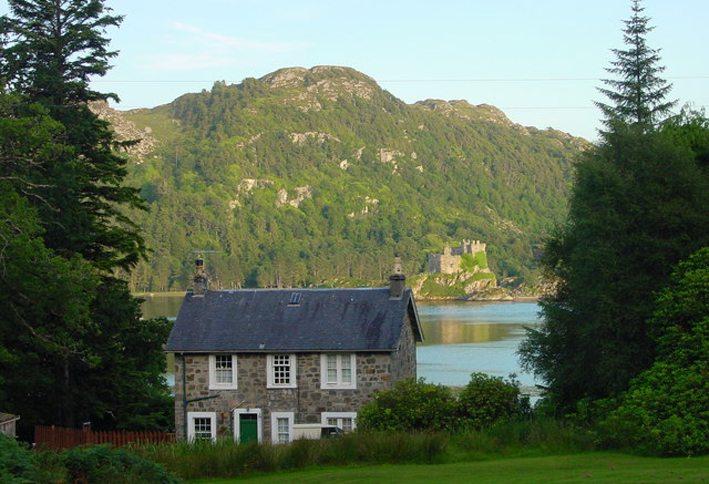 Tioram Cottage auf Hebriden (Bild: Dave Cretney, Wikimedia, CC)