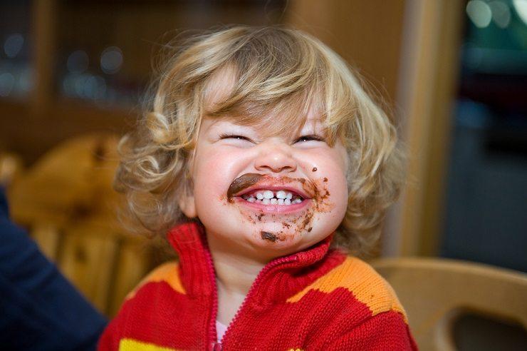 Ein farbenfrohes Lätzli erfreut auch die Kinder. (Bild: © Firma V - shutterstock.com)