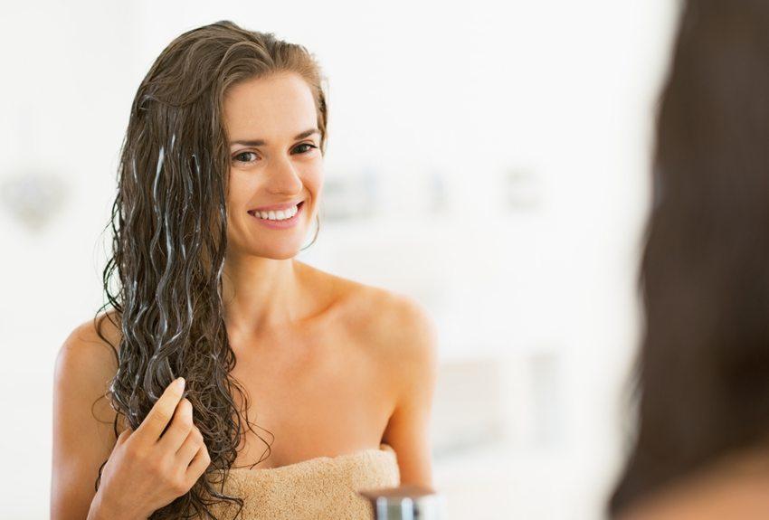 Nach einem langen Sonnenbad ist dann besonders intensive Haarpflege angesagt. (Bild: Alliance / Shutterstock.com)