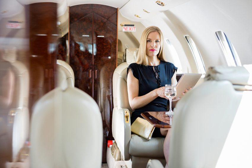 Business Class verlangt nach Business-Kleidung. (Bild: Tyler Olson / Shutterstock.com)