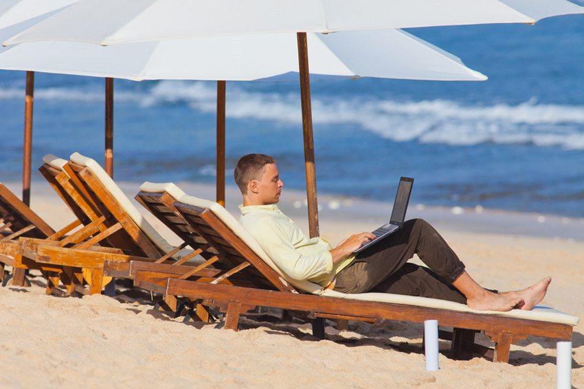 Vielen Menschen fällt es schwer, im Urlaub einmal nicht erreichbar zu sein. (Bild: Pavel Ilyukhin / Shutterstock.com)