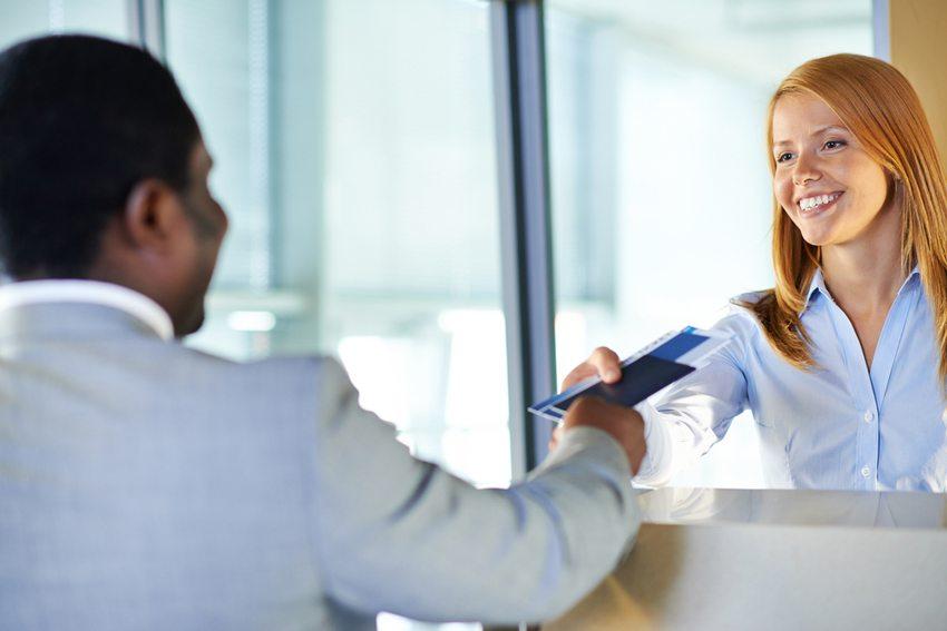 Wer Business fliegen will, muss freundlich sein! (Bild: Pressmaster / Shutterstock.com)