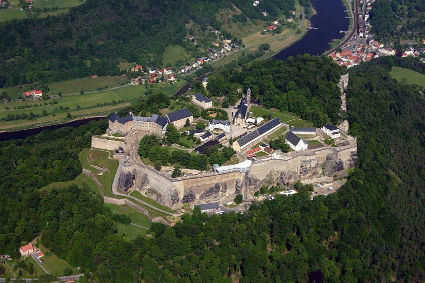 Luftaufnahme der Festung Königstein – einer der grössten Bergfestungen Europas (Bild: Fritz-Gerald Schröder, Wikimedia, CC)