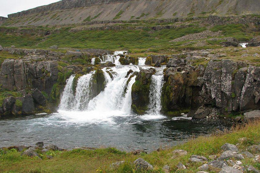 Wasserfall Baejarfoss, Westfjorde, Island (Bild: Bromr, Wikimedia, GNU)