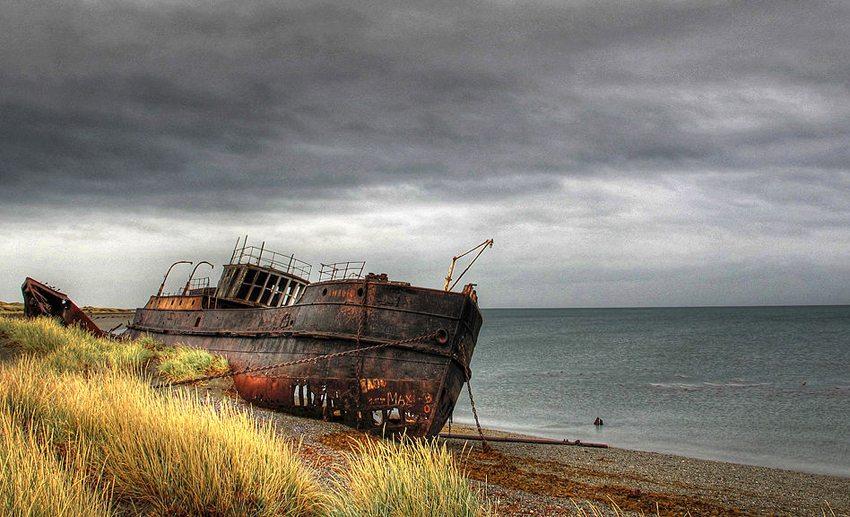 """""""Amadeo"""" – das erste Dampfschiff in San Gregorio, chilenisches Patagonien (Bild: Daniel Diaz Nauto, Wikimedia, CC)"""
