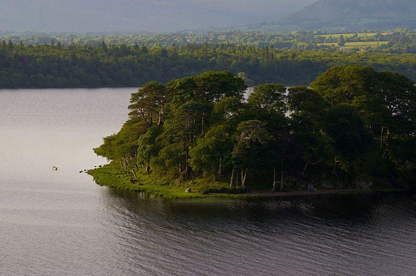 Beezie's Island in County Sligo (Bild: Niallio77, Wikimedia, CC)