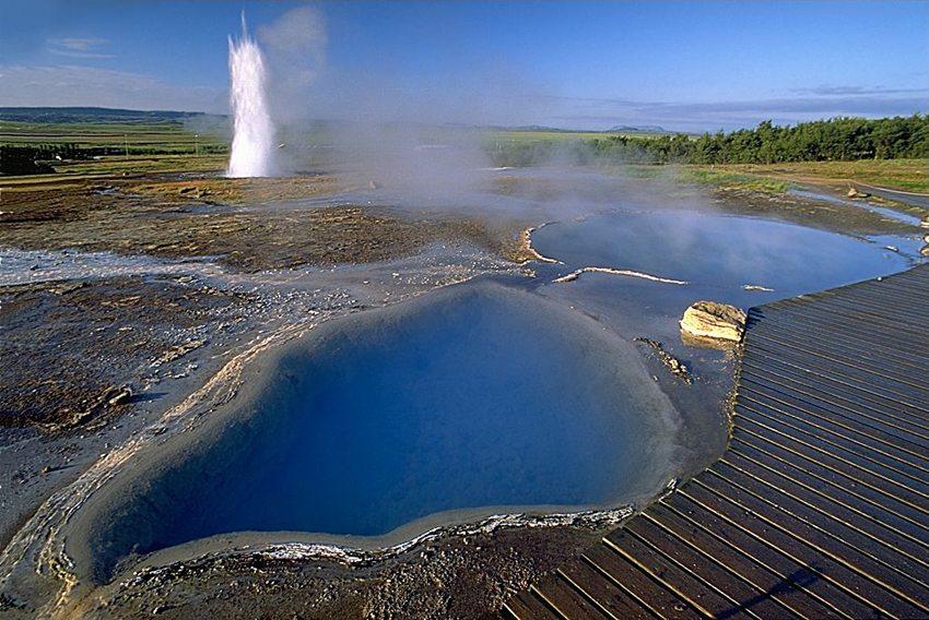 Im Vordergrund – Blesi, im Hintergrund – Eruption des Strokkur (Bild: Andreas Tille, Wikimedia, GNU)