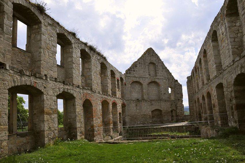 Burg Gleichen – Reste der Wohnbauten (Bild: CTHOE, WIkimedia, CC)