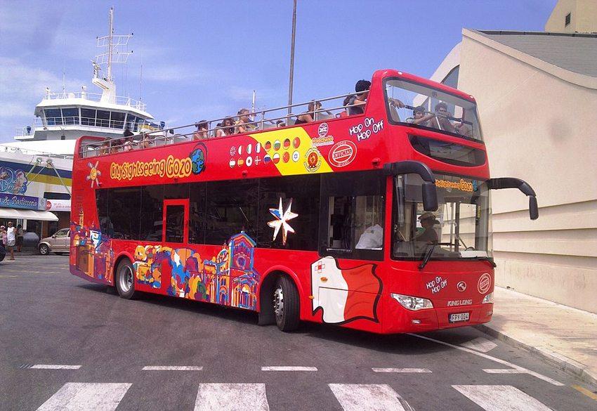 Hop-on Hop-off Bus auf Gozo (Bild: C S G, Wikimedia, CC)