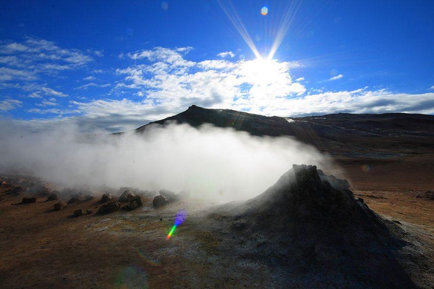 Nebel und Sonne am See Myvatn, Island (Bild: Bruce McAdam, WIkimedia, CC)
