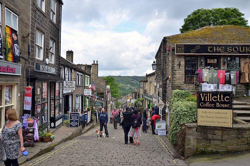 Die Hauptstrasse in Haworth (Bild: Jon Farman, Wikimedia, CC)