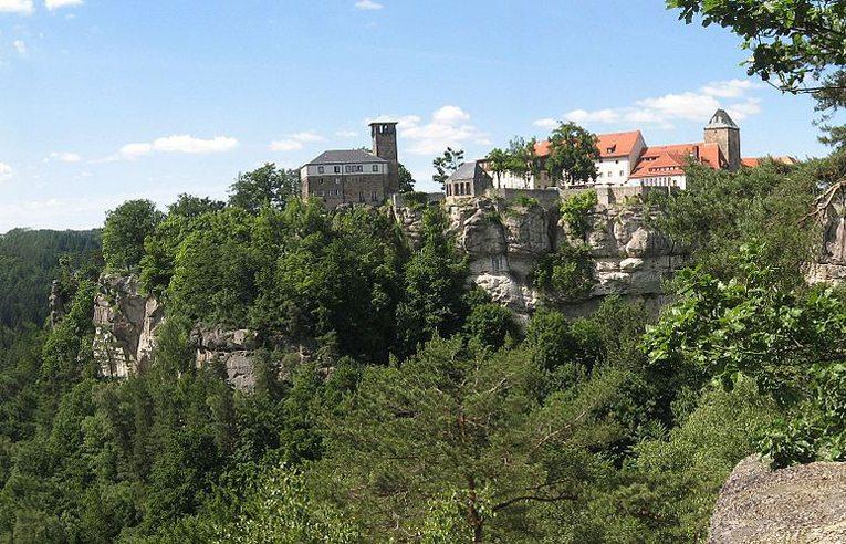 Burg Hohnstein im Elbsandsteingebirge (Bild: Dirk Schmidt, Wikimedia, CC)