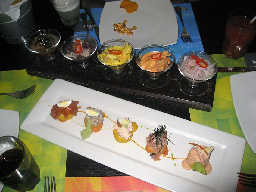 Ceviches und Causas im Restaurant La Mar in Lima, Peru (Bild: Kat Walsh, Wikimedia, CC)
