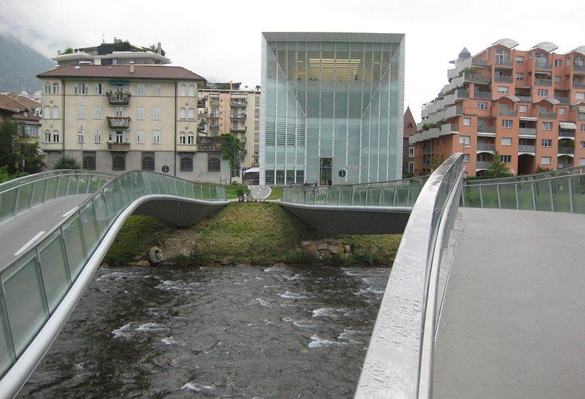 """Museum für zeitgenössische und moderne Kunst """"Museion"""" – Blick von der Talfer-Seite. (Bild: Wikimedia, CC)"""